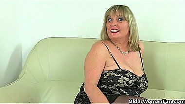 British milf Vintage Fox rips open her nylon tights